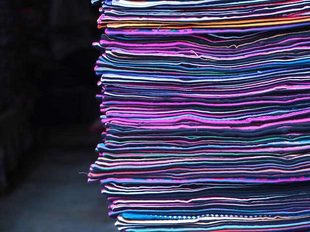 Linha de tecidos coloridos. pilha de tecidos coloridos.