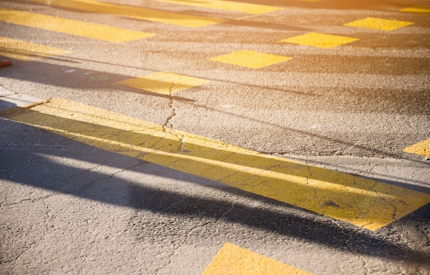 Linha de tinta amarela na textura de superfície de estrada de asfalto negro