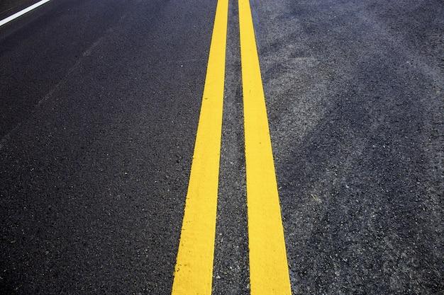 Linha de tráfego da pista na estrada.