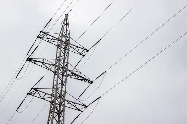 Linha de transmissão de energia em um dia nublado