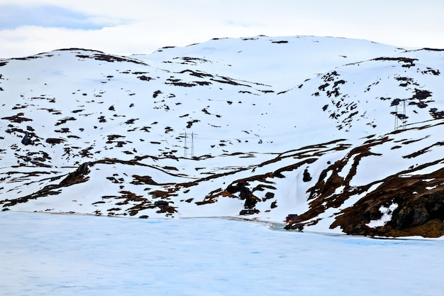 Linha de transmissão localizada à beira de um lago congelado