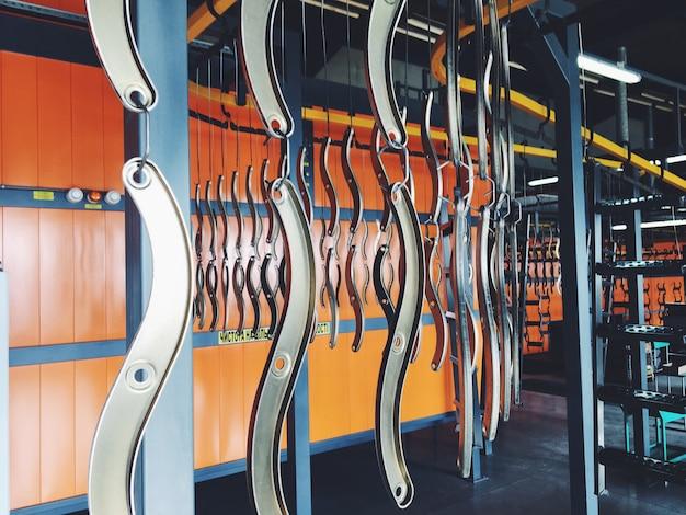 Linha de transporte industrial na fábrica de peças de metal. pré-tratamento da superfície das peças e pintar as peças com tinta em pó.