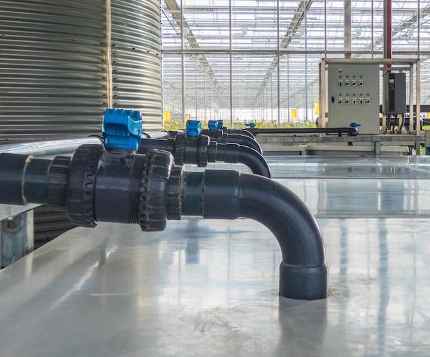 Linha de tubos de plástico e bombas de água com torneiras