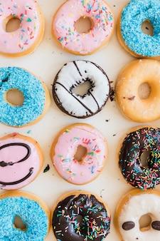 Linha de vários donuts deliciosos