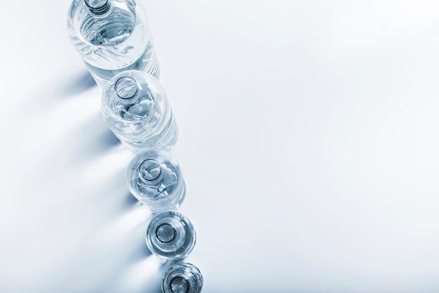 Linha de vista superior de garrafas de água