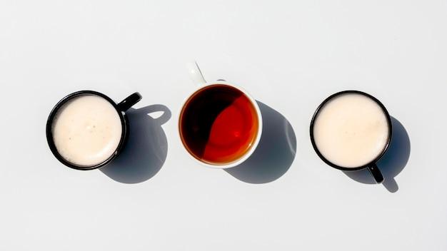 Linha de vista superior de xícaras de café