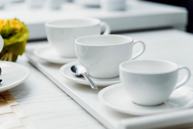 Linha de xícaras de porcelana branca