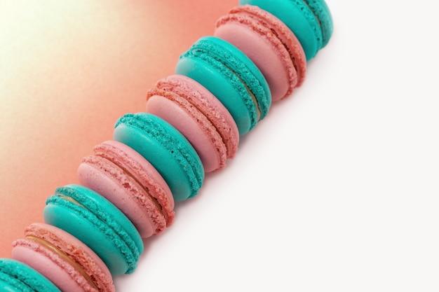 Linha diagonal de macaroons rosa e verde conceitos mínimos cookies delicados de amêndoa