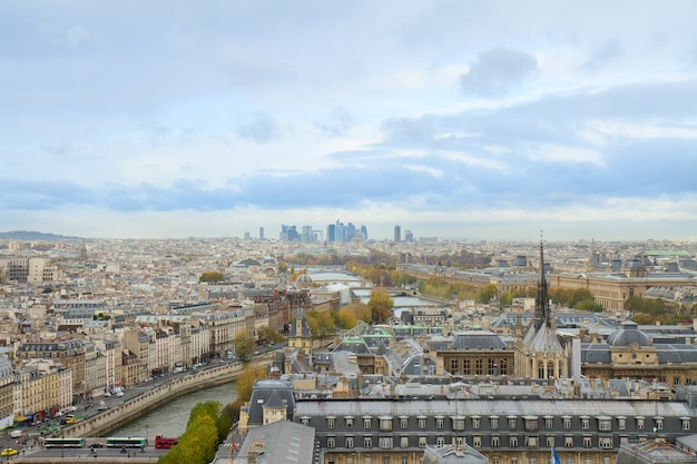Linha do horizonte da cidade de paris em direção ao distrito de la defense, frança