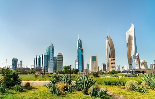Linha do horizonte da cidade do kuwait no parque al shaheed