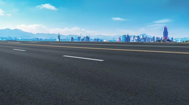 Linha do horizonte da estrada de alcatrão e paisagem da cidade arquitetônica de qingdao