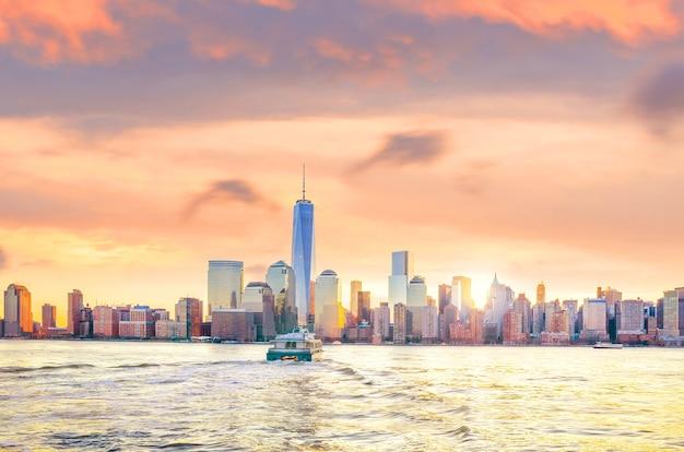 Linha do horizonte da parte baixa de manhattan, na cidade de nova york, vista do exchange place à noite