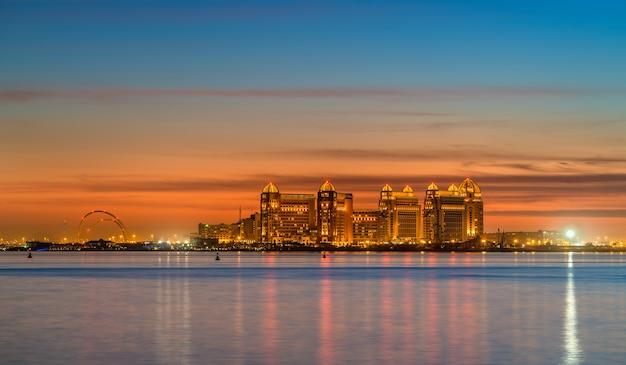Linha do horizonte de doha ao pôr do sol. qatar, oriente médio