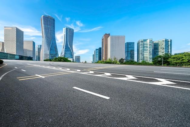 Linha do horizonte de pavimento asfáltico e arquitetura urbana