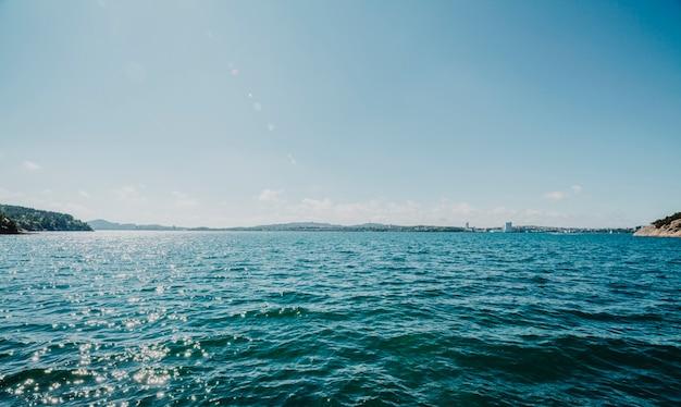 Linha do horizonte de um lago
