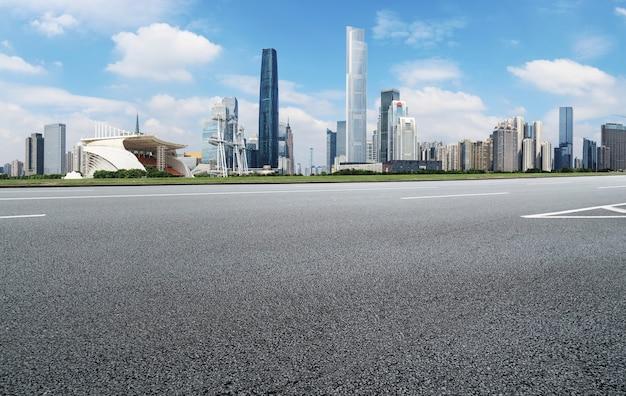 Linha do horizonte do pavimento asfáltico e paisagem arquitetônica