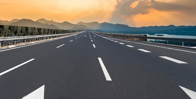 Linha do horizonte do pavimento da expressway e das nuvens no céu