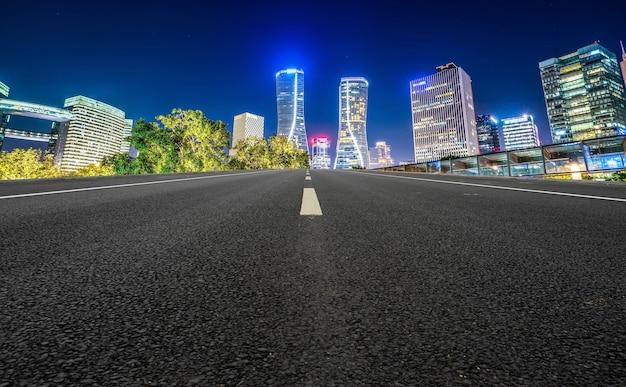 Linha do horizonte do pavimento da rodovia e paisagem arquitetônica urbana de hangzhou