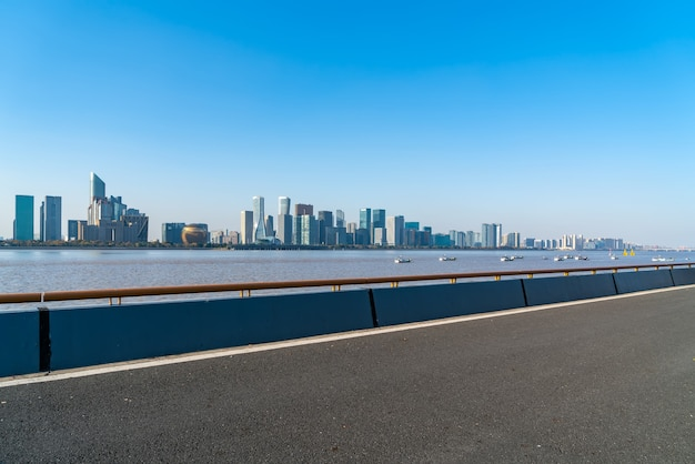 Linha do horizonte dos edifícios modernos da cidade de hangzhou e estradas