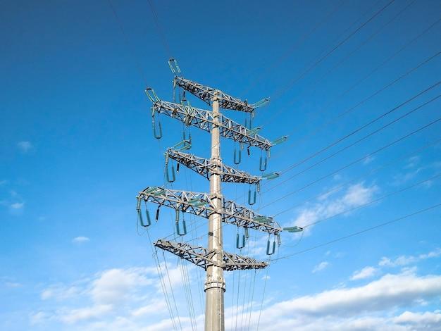 Linha elétrica aérea com fios elétricos no céu azul