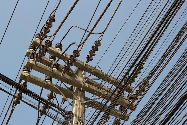 Linha elétrica com postes de concreto elétrico.