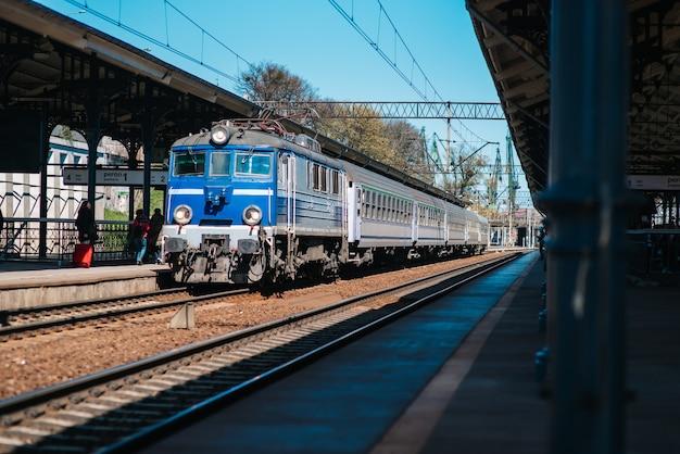 Linha férrea da estação principal com um trem chegando a gdansk, polônia