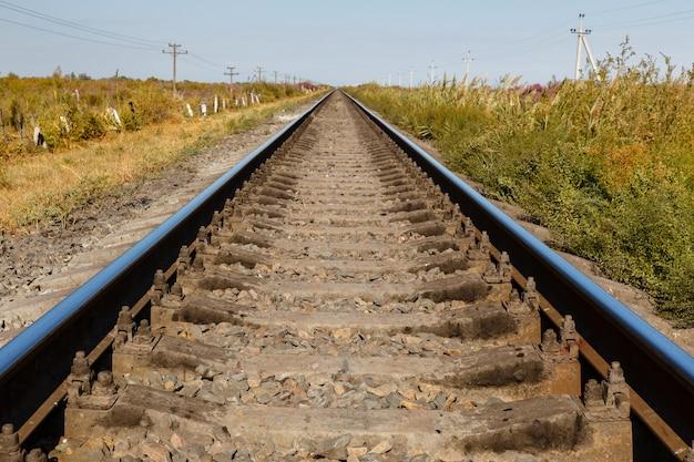 Linha férrea de via única, trilhos e dormentes, linha férrea no cazaquistão