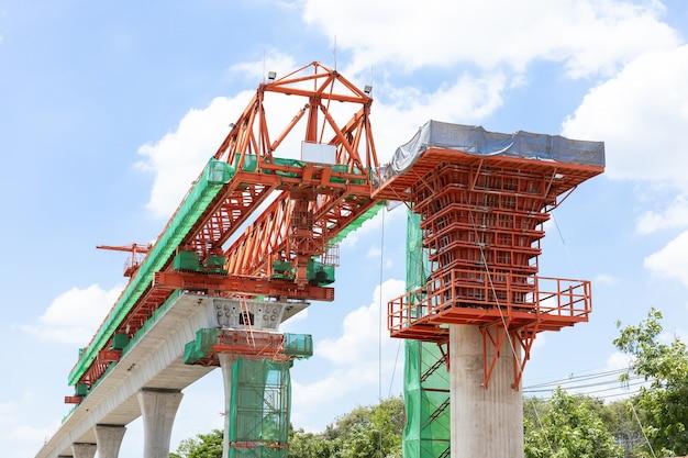 Linha ferroviária elevada do trem aéreo, infraestrutura na cidade para transporte de massa, em construção