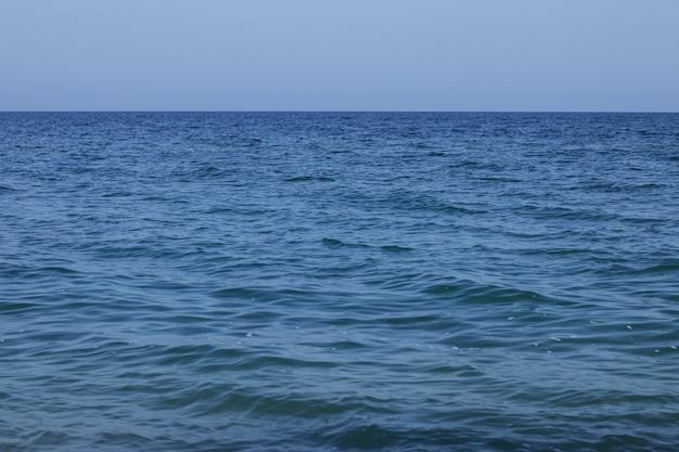Linha horizontal de mar calmo e céu azul. fundo natural.