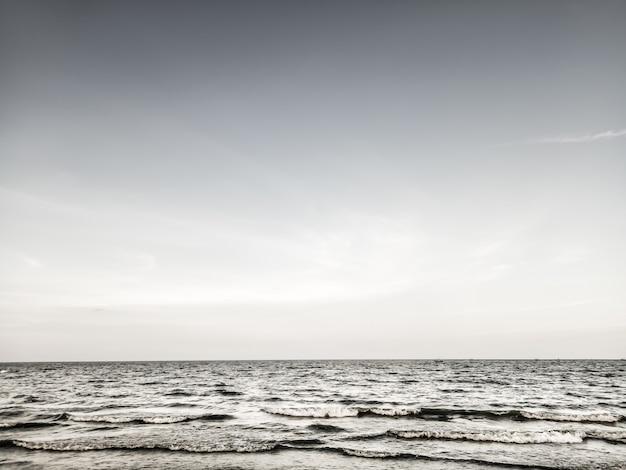 Linha horizontal, de, mar calmo, ligado, a, dia, luz só, inverno, sentimento, fundo