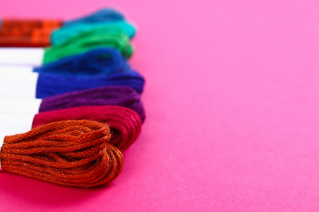 Linha multicolorida para bordar