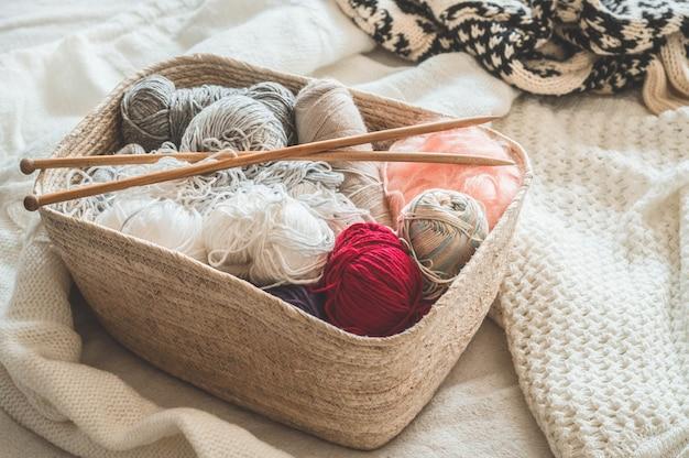Linha para tricô em uma cesta closeup. tricotar como hobby. acessórios para tricô.