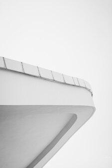 Linhas abstratas na arquitetura. detalhe da arquitetura moderna. fragmento de edifício público.