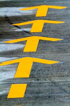 Linhas amarelas na estrada