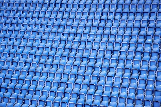 Linhas azuis de assentos no fundo do estádio
