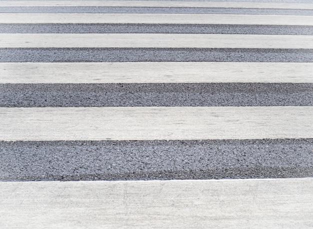 Linhas brancas de um fundo de travessia de pedestres.