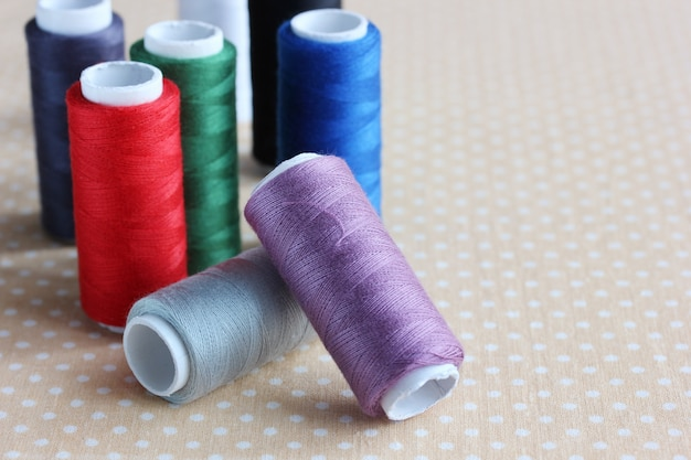 Linhas coloridas em bobinas em close-up da mesa.