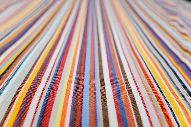 Linhas coloridas paralelas em um tecido