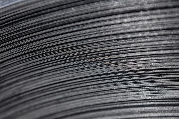 Linhas curvas de metal laminado são feitas de chapa de aço