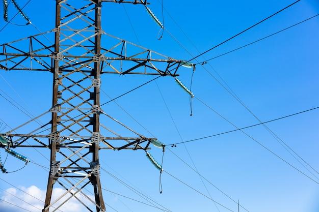 Linhas de alta tensão ao pôr do sol, torre de transmissão elétrica de alta tensão.