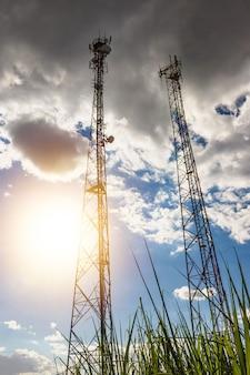 Linhas de alta tensão e torres elétricas ao pôr do sol em uma fazenda no interior. estação de distribuição de energia elétrica.