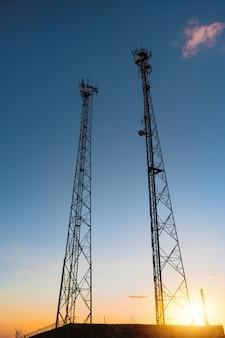 Linhas de alta tensão e torres elétricas ao pôr do sol. imagem do conceito da estação de distribuição de eletricidade.