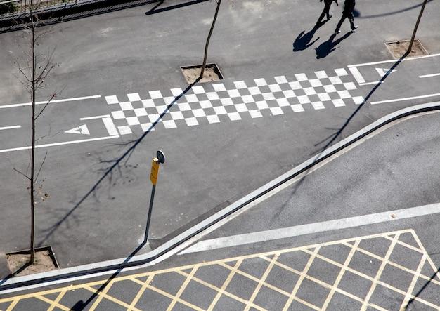 Linhas de asfalto da cidade e vista aérea de sombra