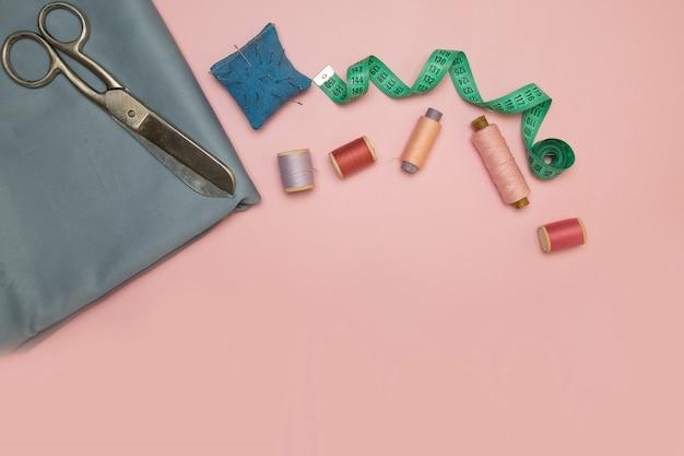 Linhas de costura, agulhas, tecidos, botões e centímetro de costura