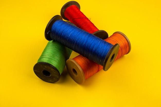 Linhas de costura coloridas