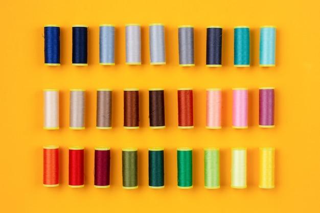Linhas de costura de várias cores organizadas de forma organizada