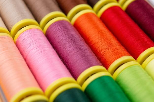 Linhas de costura de várias cores vistas de perto