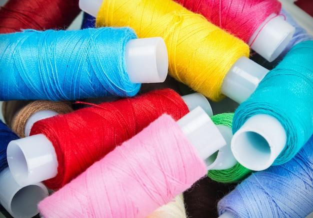 Linhas de costura multicoloridas em fundo