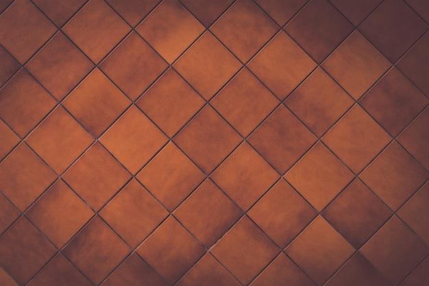 Linhas de cruzamento em um fundo de tijolo marrom. linhas em forma de x
