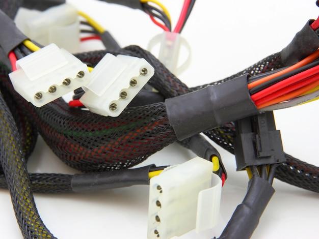 Linhas de energia da placa-mãe do computador. cabos coloridos